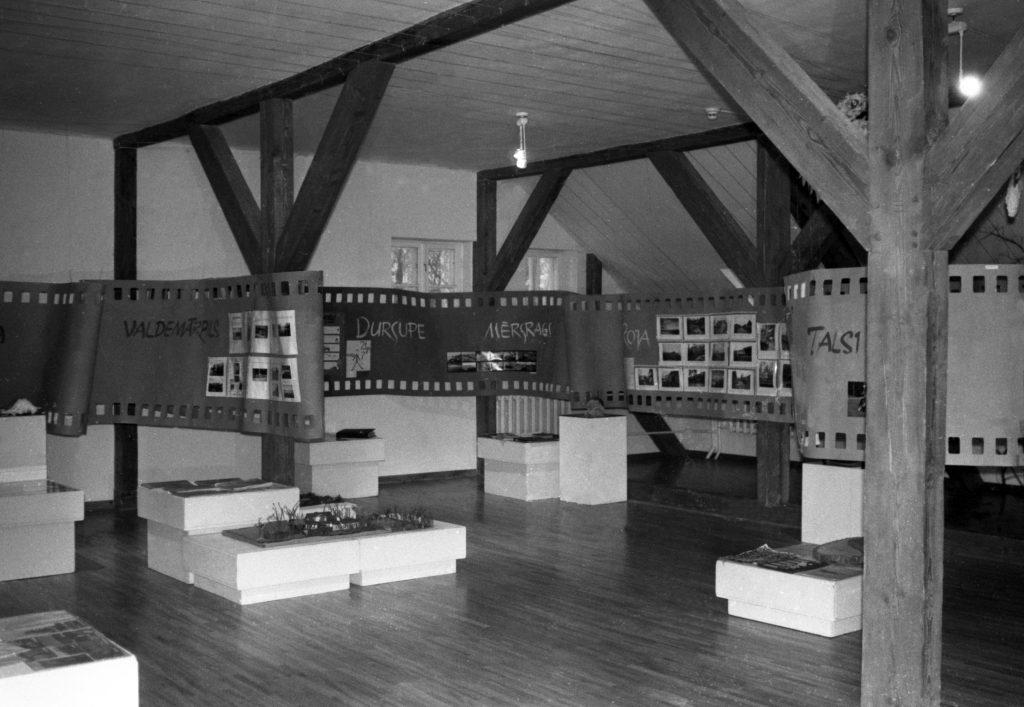 """Izstādes """"Vide-2000"""" kopskats Talsu novada muzejā 2000. gadā"""