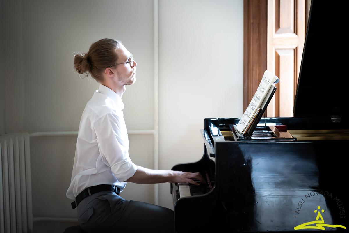 Ludviga van Bēthovena mūziku atskaņo pianists Artūrs Liepiņš. 2020. gada 26. jūnijs