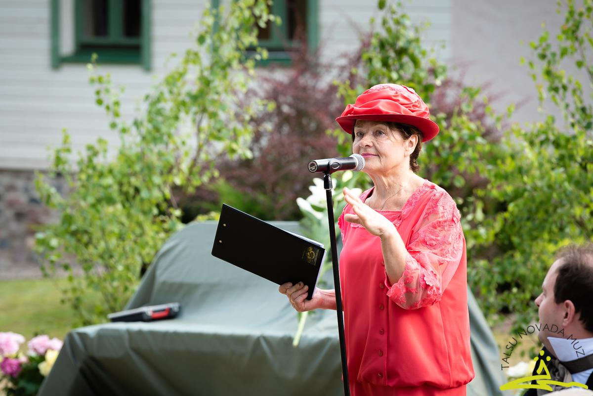 Muzeja direktore Mirdza Jonele iepazīstina ar viesiem no dažādām Latvijas vietām. 2020. gada 26. jūnijs