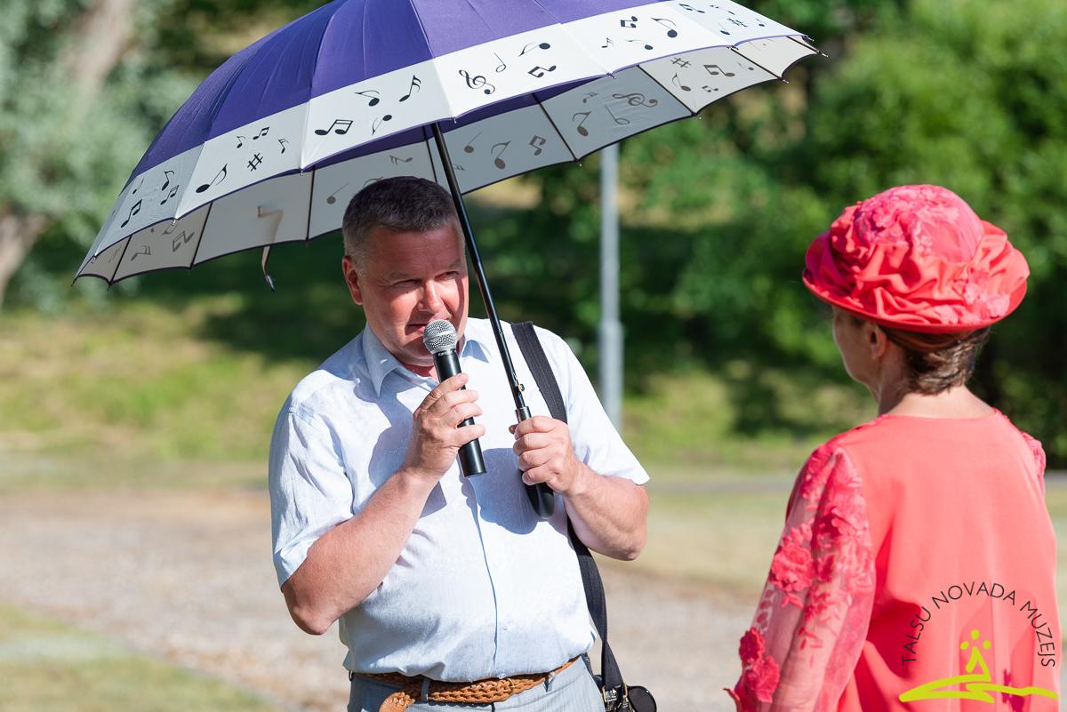 Talsu Mūzikas skolas direktors Raitis Rērihs dāvanā pasniedz muzikālo lietussargu. 2020. gada 26. jūnijs