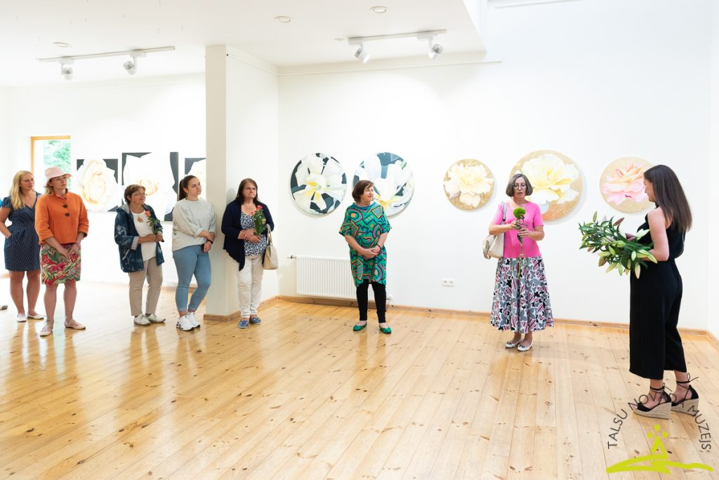 Ildzes Oses gleznu izstādes ZIEDU PORTRETI atklāšanas pasākums
