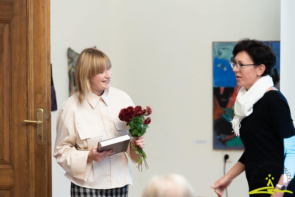 """Muzejisks paldies šarmantajai mākslas zinātniecei Augustei Petrei un fonda """"Mākslai vajag telpu"""" vadītājai Lāsmai Gobai par lekciju un sabiedriskās domas iekustināšanu mākslas jomā."""