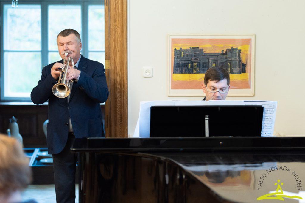 2. novembra pasākums, kurā 21 Talsu novada barikāžu dalībnieks saņēma Pateicības rakstu. Muzicē Jānis Smilga un Raimonds Felšs.