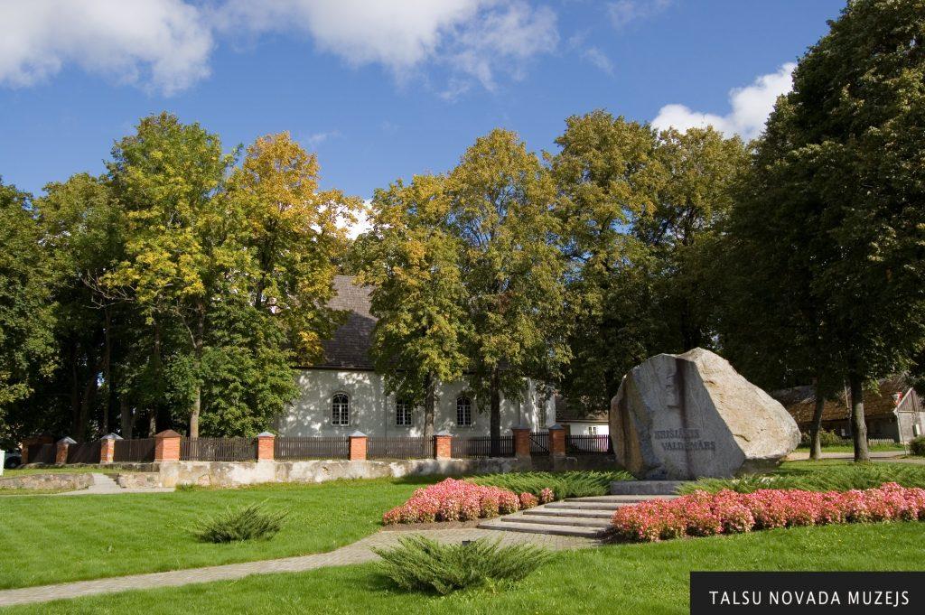 Pie baznīcas 1993. gadā atklāja piemiņas akmeni par godu K. Valdemāram.