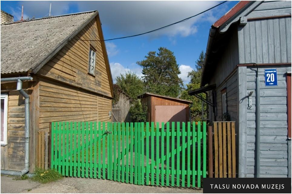 Šeit Valdemāru ģimene dzīvoja koka namiņā, kas nav saglabājies.