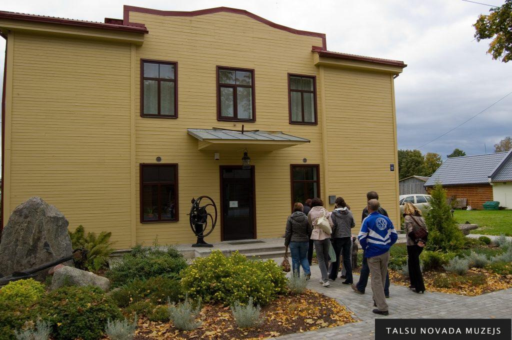 Rojas Jūras Zvejniecības muzejs glabā liecības par jūrniecību.