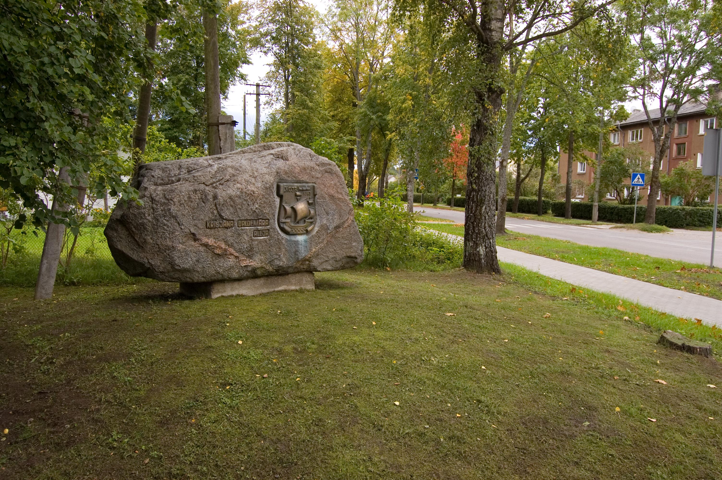 Uz ambulanci no Selgas ielas ved Valdemāra vārdā nosauktā bērzu aleja. Te uzstādīts piemiņas akmens kādreizējai Lubezeres jūrskolai.