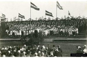 Talsu Dziesmu diena 1927. g. pilskalnā. Estrāde, dalībniekus uzrunā Rainis;