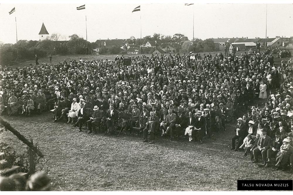 Talsu Dziesmu diena 1927. g. pilskalnā, skatītāji