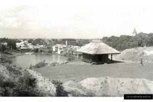 Talsu ainava no pilskalna puses, priekšplānā Lamekina klētiņa un arheoloģisko izrakumu zemes uzbērumi, 1939.-1939. g.  Kārļa Lasenberga foto.