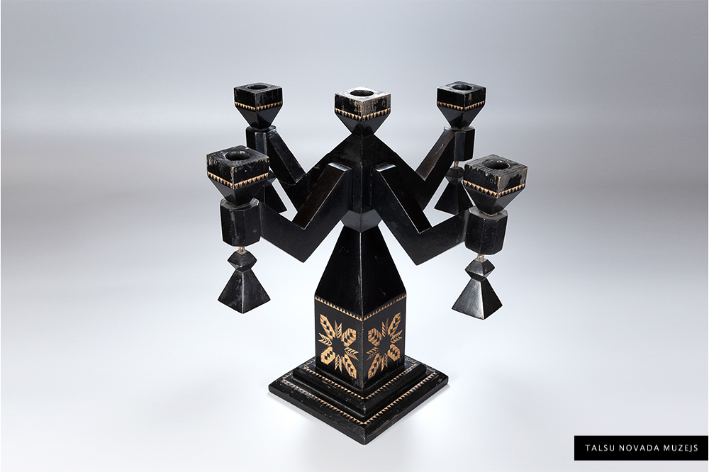 Ābeļu koka svečturis 5 svecēm ar piekariņiem, rotāts ornamentiem. Darinājis Fricis Krūzmanis ap 1935. g.  TNMM 12545