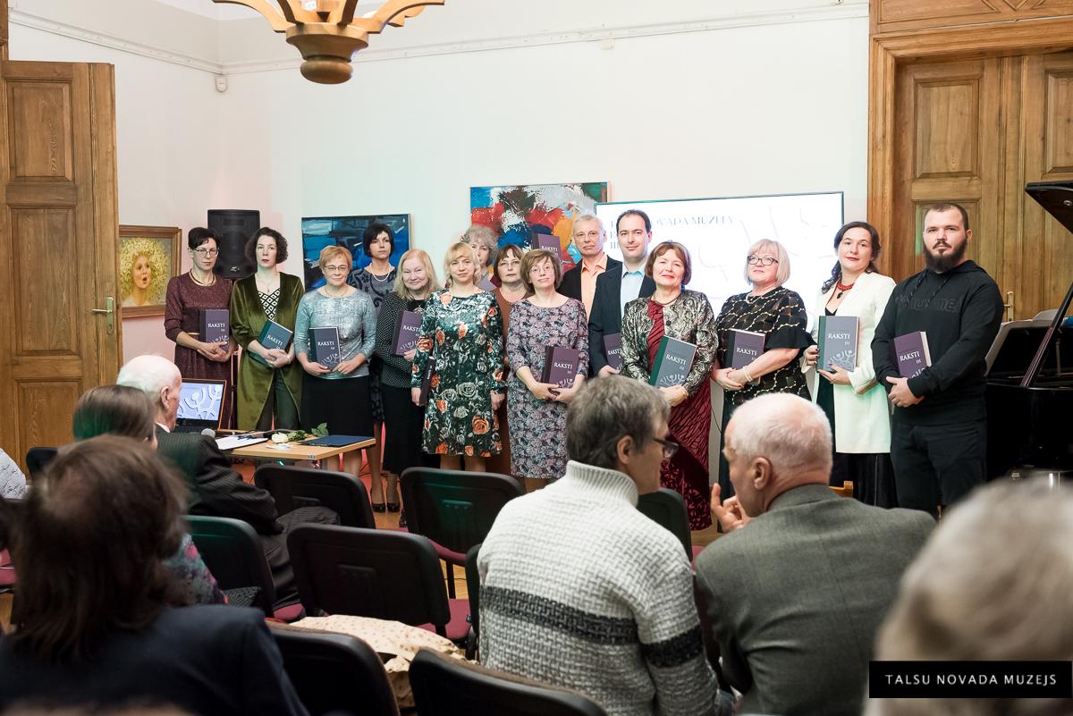 """Muzejs no iekšpuses. Ar grāmatas """"Talsu novada muzeja raksti. III"""" veidotājiem izdevuma atklāšanā 2019. gada 21. decembrī (vidū)."""