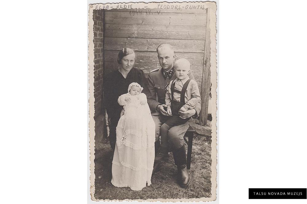Jaunākā dēla kristības. No kreisās: Elza Kalnāja, jaunkristītais Uldis Kalnājs, Teodors Kalnājs, Guntis Kalnājs Laidzes pagasta Pēčās. 1944. gada 14. maijs.  ZP 6054/3