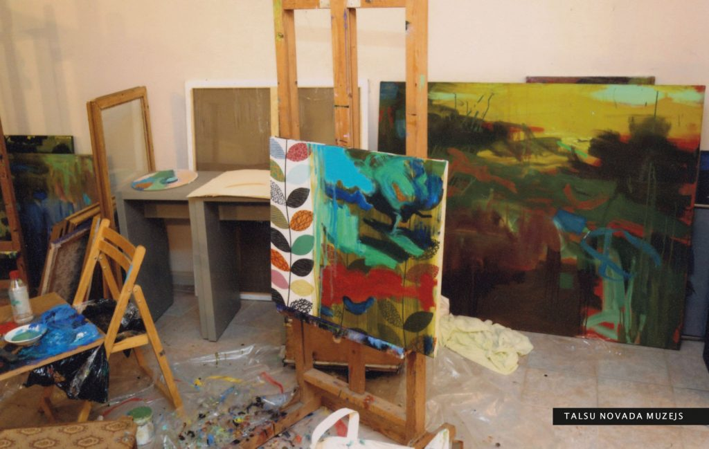 Gleznotājas darbnīcā