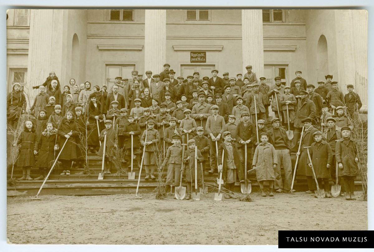Meža dienas dalībnieki uz Nogales pamatskolas kāpnēm pirms kociņu stādīšanas 1936. gada maijā. Foto: A. Snikers. TNMM 31129