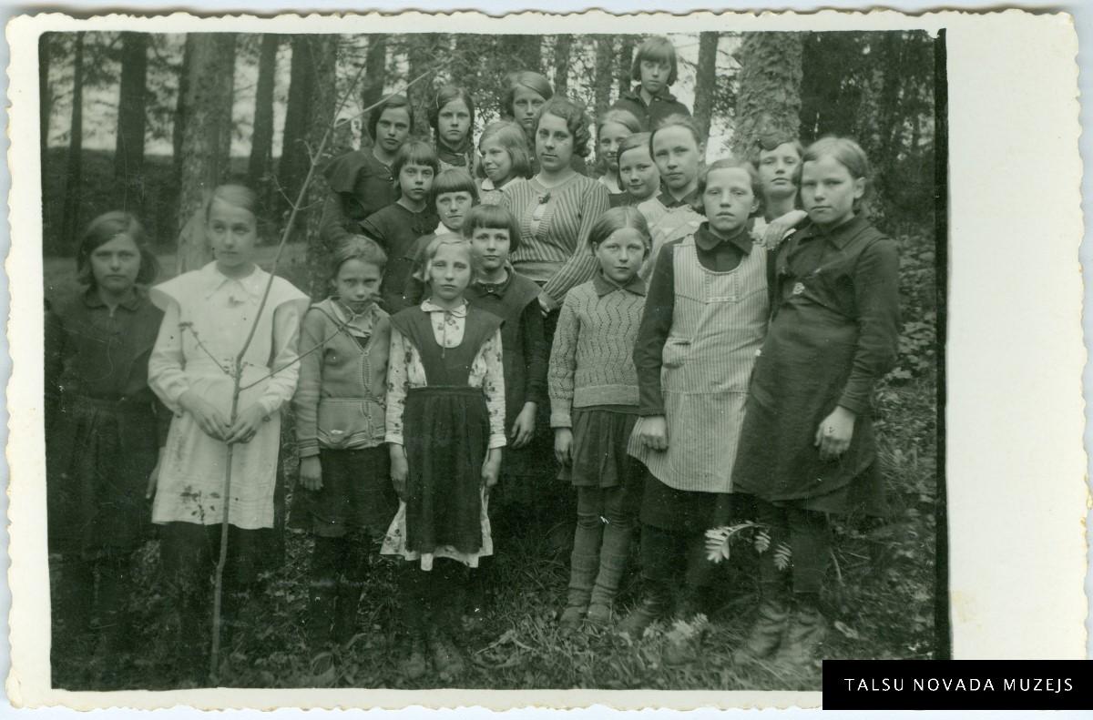 Nurmuižas (tagad Laucienes) pamatskolas Meža dienu dalībnieki 1936. gada maijā. Foto: A. Apsiņš. TNMM 28185/1