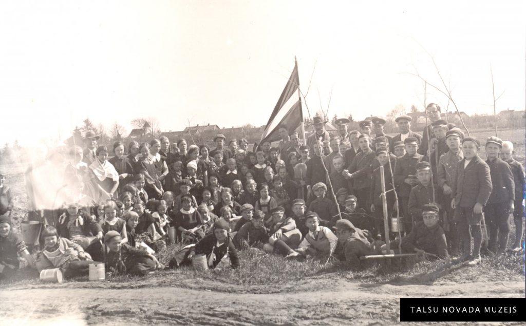 Valdemārpils pamatskolas skolēni un Meža dienu organizatori 1937. gada 4. maijā. TNMM 29473