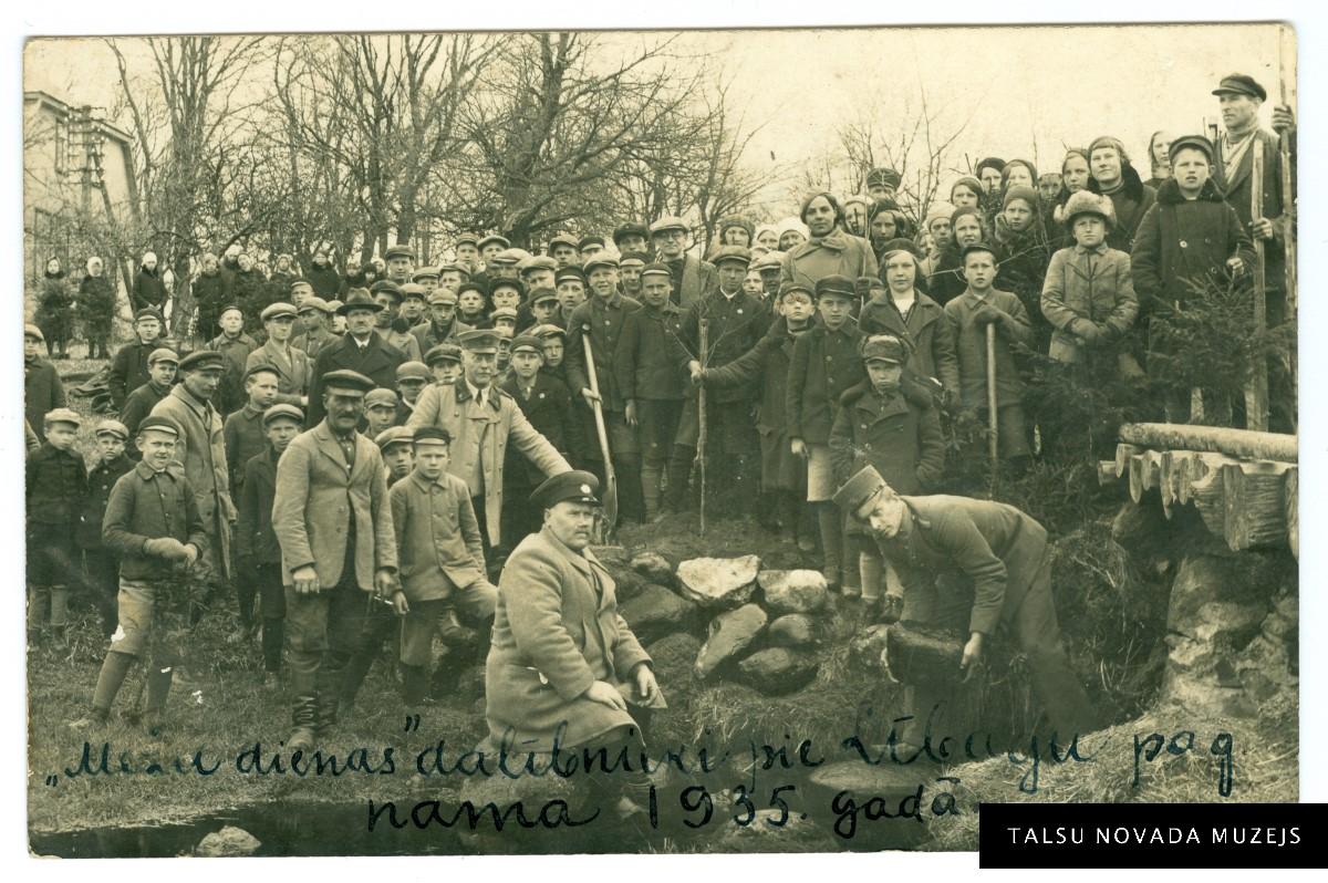 Meža dienas dalībnieki pie Lībagu pagasta nama 1935. gada 4. maijā. TNMM 12280