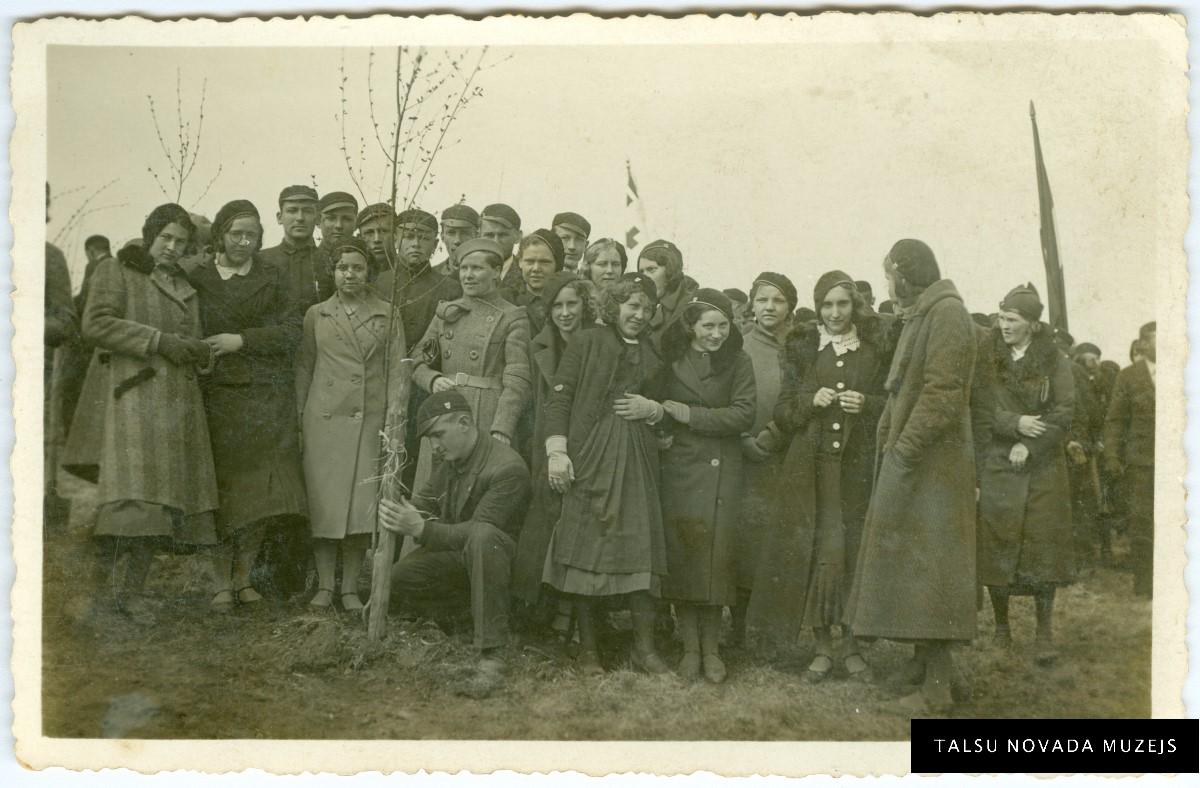 """Talsu Valsts ģimnāzijas audzēkņi Meža dienās 1935. gada 9. maijā pie """"15. maija birzī"""" iestādīta bērziņa. TNMM 28962"""