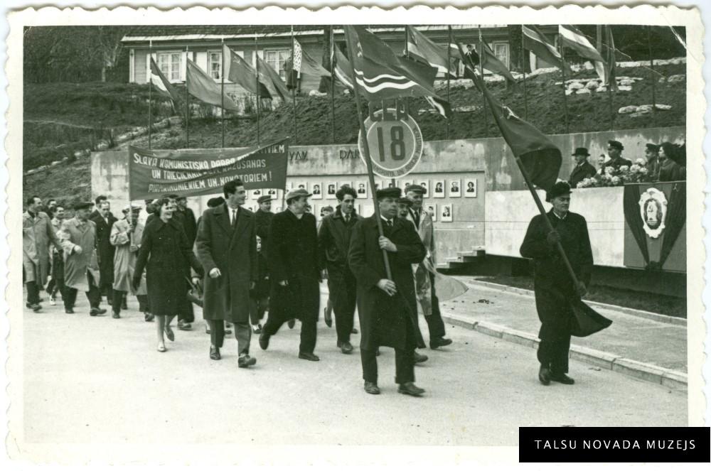 Talsu 18 CER darbinieki 1. maija svētku gājienā pie tribīnēm ap 1962. gadu. 20. gs. 60. gadu pirmā puse. TNMM 13 953