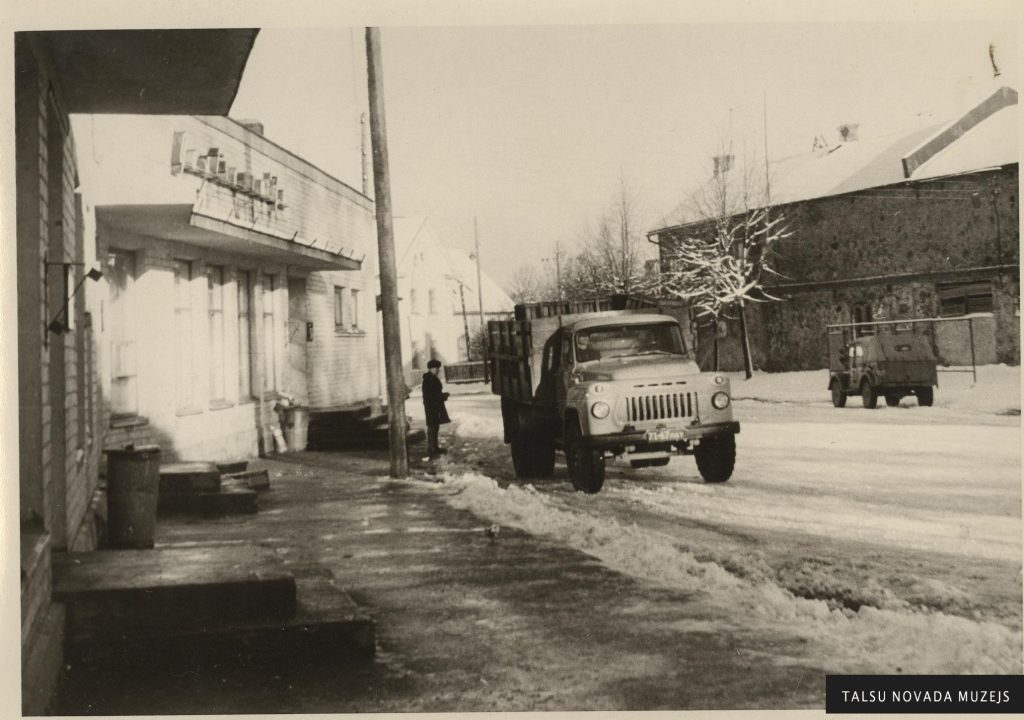 Talsu 2. veikals Padomju ielā (tagad K.Mīlenbaha) 20. gs. 70. gadi. TNMM 14824