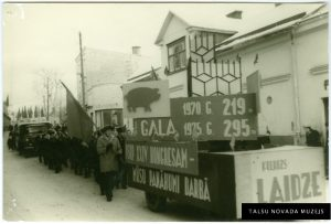 Laidzes ciema kolona 1. maija svētku gājienā. 1970. gads. TNMM 14 588