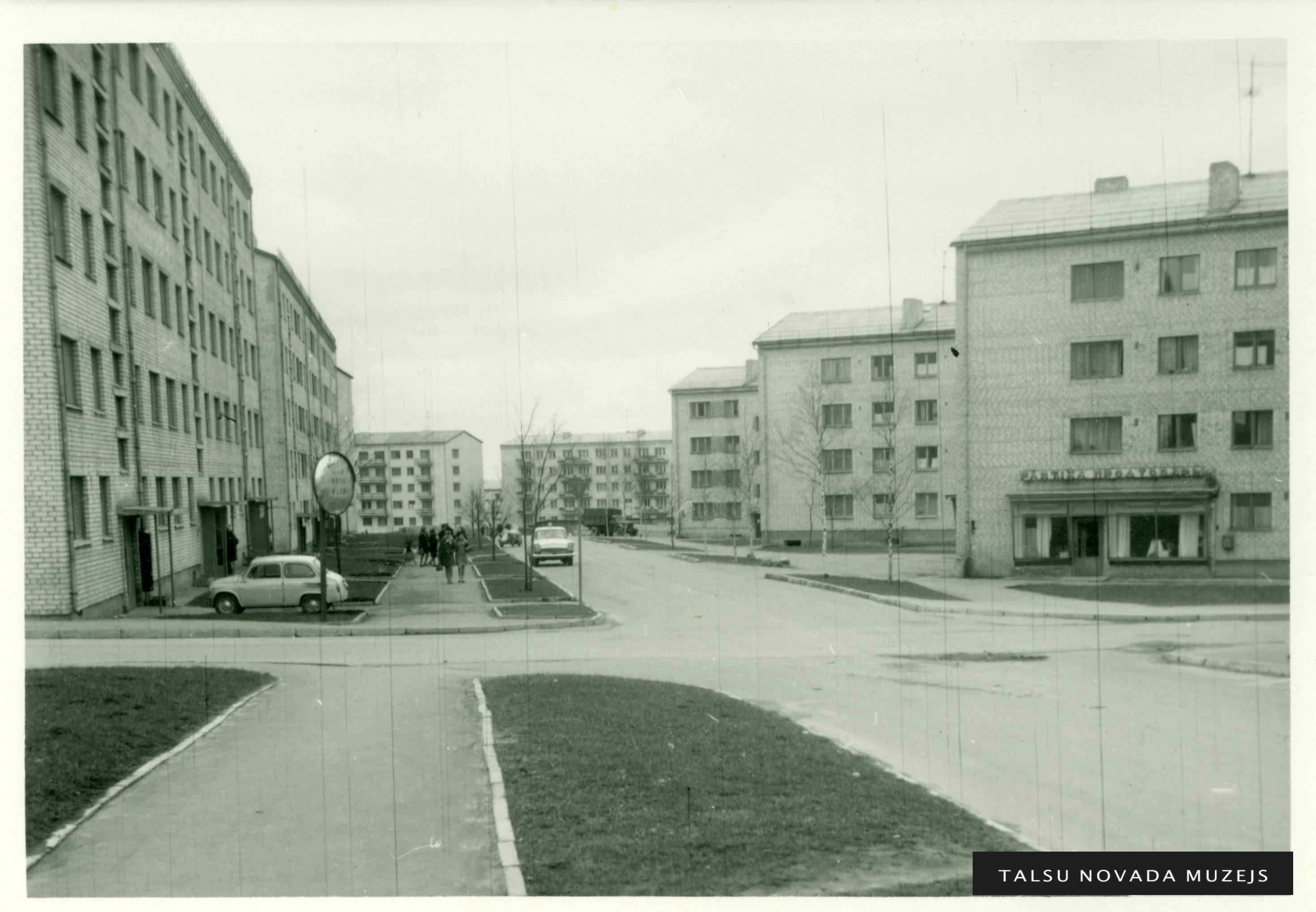 Jaunās mājas A. Pumpura ielā un bijušajā  Revolūcijas ielā Talsos 20. gs. 70. gados. Foto: Kārlis Lasenbergs.TNMM 18 722-3