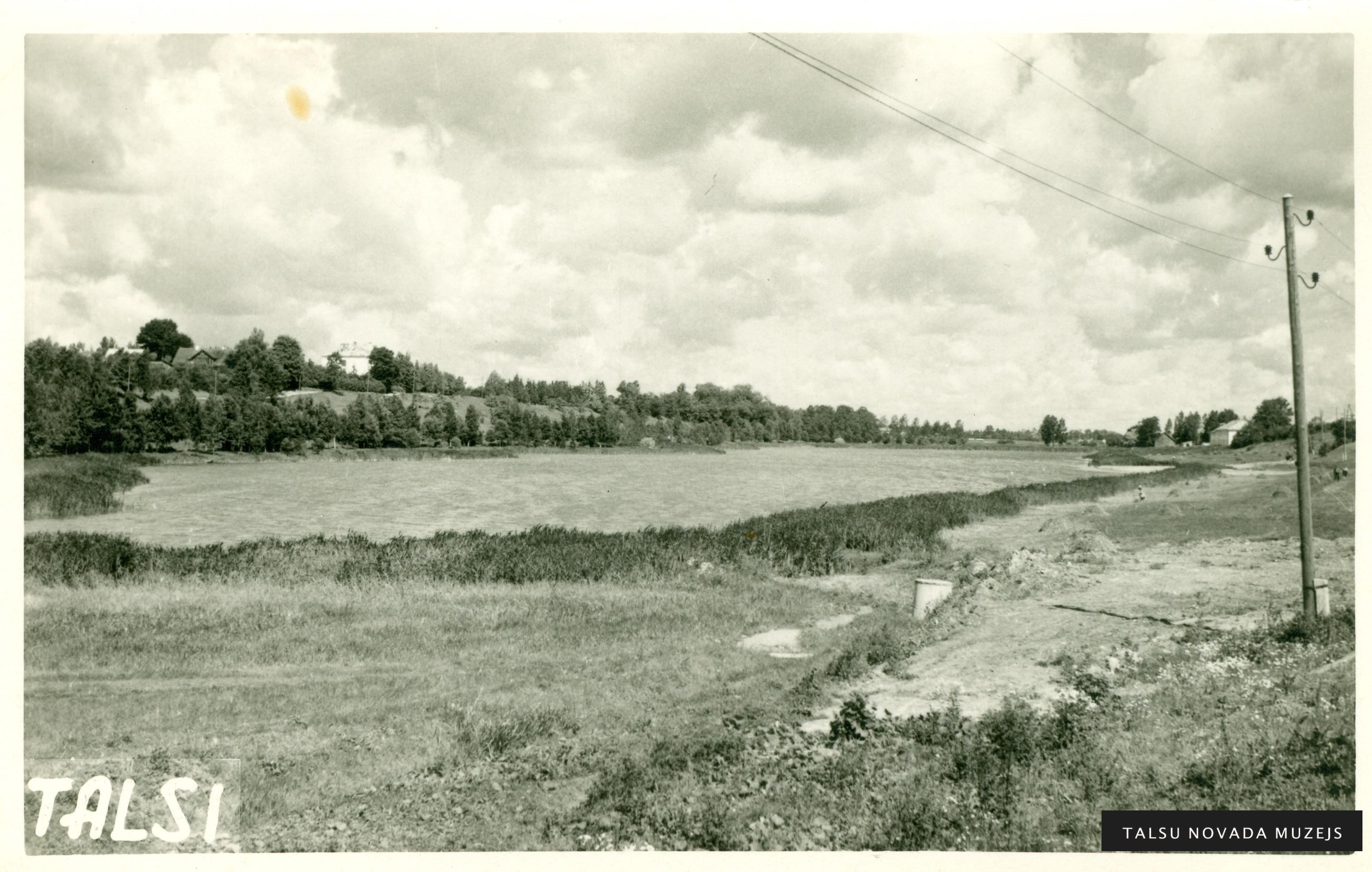 Skats uz Vilkmuižas ezeru 20. gs. 60. gadu beigās. Foto: Kārlis Lasenbergs. TNMM 18 722-5