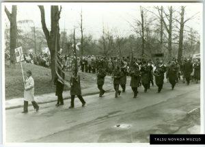 Talsu KUK pūtēju orķestris 1980. gada 1. maija svētkos gājienā pie Brāļu kapiem. TNMM 24 636/1