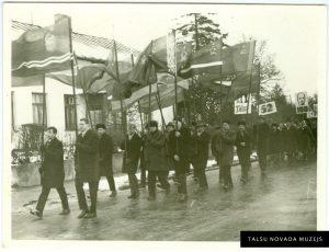 """Metālapstrādes rūpnīcas """"Talsi"""" strādnieki 1. maija svētku gājienā. 20. gs. 70. gadi. TNMM 27 088/1"""