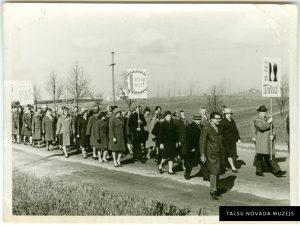 """Metālapstrādes rūpnīcas """"Talsi"""" strādnieki 1. maija svētku gājienā. 20. gs. 70. gadi. TNMM 27 088/3"""