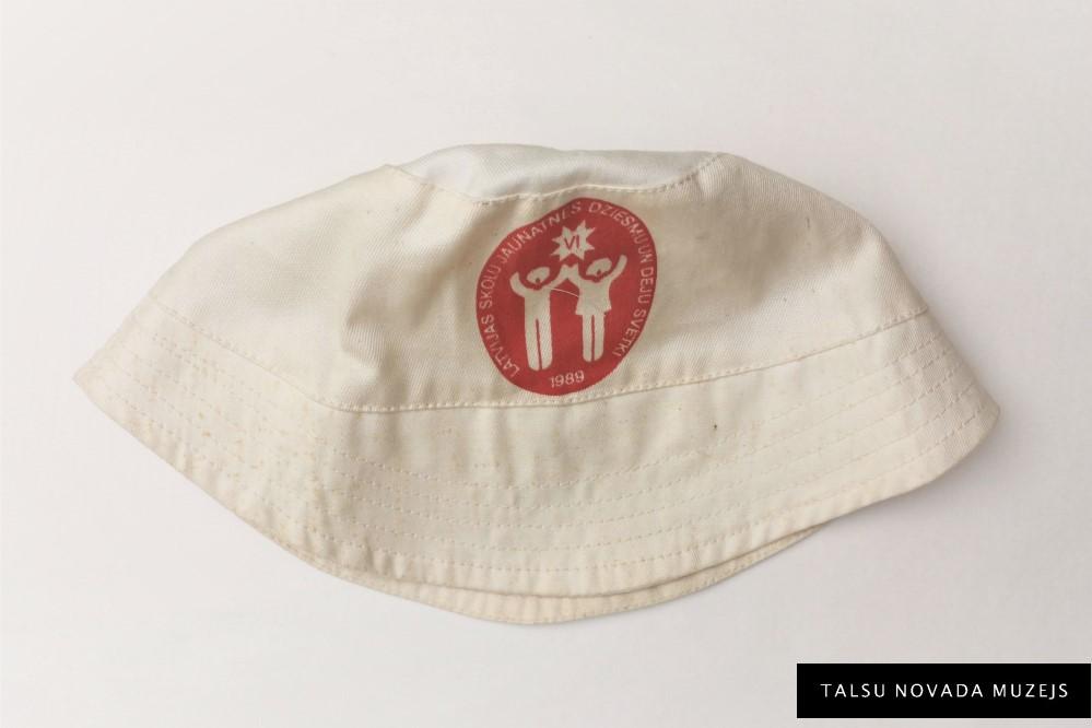 Cepure – suvenīrs. Latvijas skolu jaunatnes Dziesmu un deju svētkos 1989. g. TNMM 29585/1