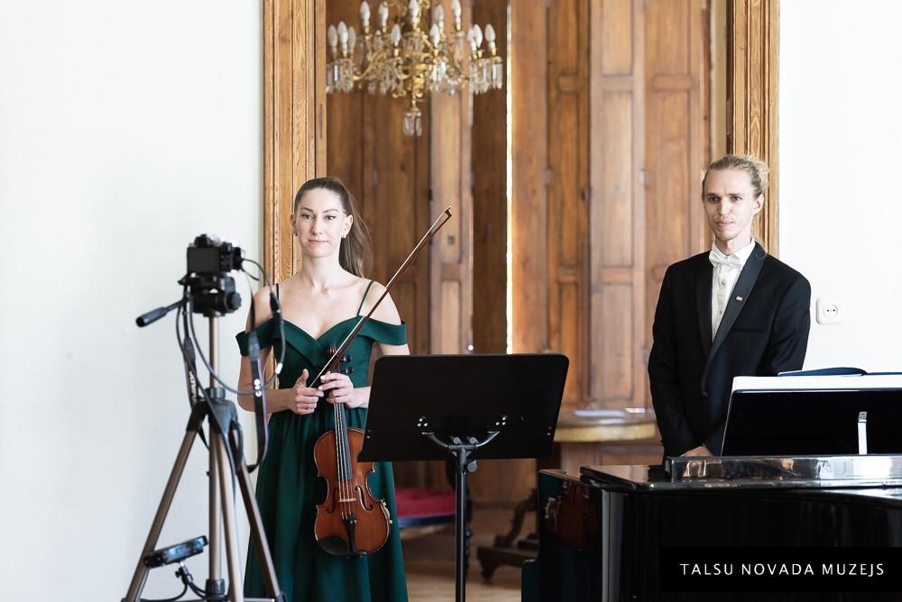 Koncerts MINIMĀLS BAROKS.  Uzstājas A. Liepiņš (klavieres) un V. Žukova (vijole).