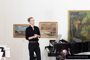"""Koncerts par godu Amendas 250. dzimšanas dienai  NEPIESĀTINĀTĀS STĪGAS Uzstājas Artūrs Liepiņš (klavieres) un stīgu kvartets """"EVVEntus""""."""