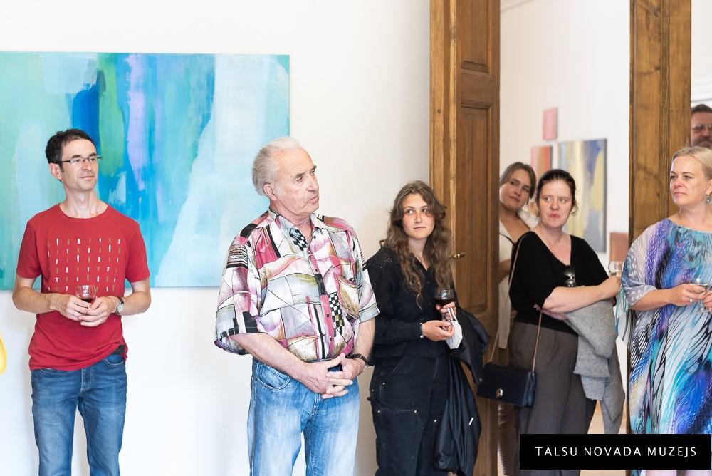 """Tikšanās ar mākslinieci Elgu Grīnvaldi viņas izstādē """"Iekšējā enerģija"""""""