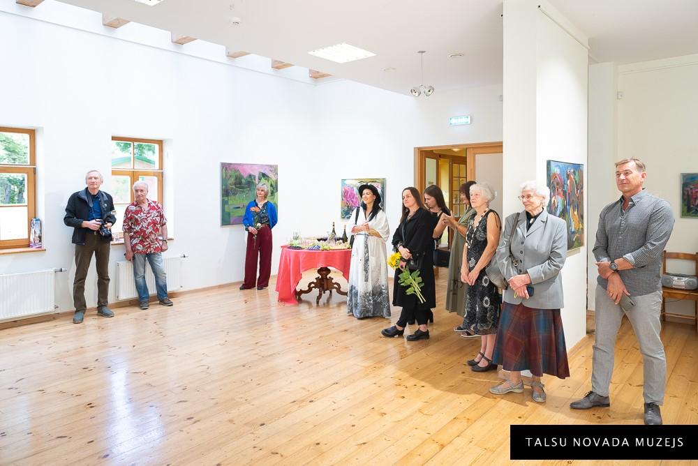 """Tikšanās ar mākslinieci Guntu Kalseri viņas gleznu izstādē """"Smaržo krāsas…"""""""