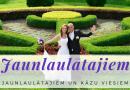 Jaunlaulātajiem ar vedējiem un kāzu viesiem